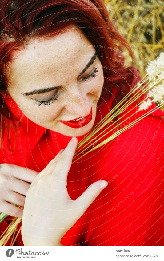 Glückliche junge Frau in einem roten Kleid Lifestyle elegant Stil schön Haut Gesicht Sommersprossen Wellness Mensch feminin Junge Frau Jugendliche Erwachsene 1