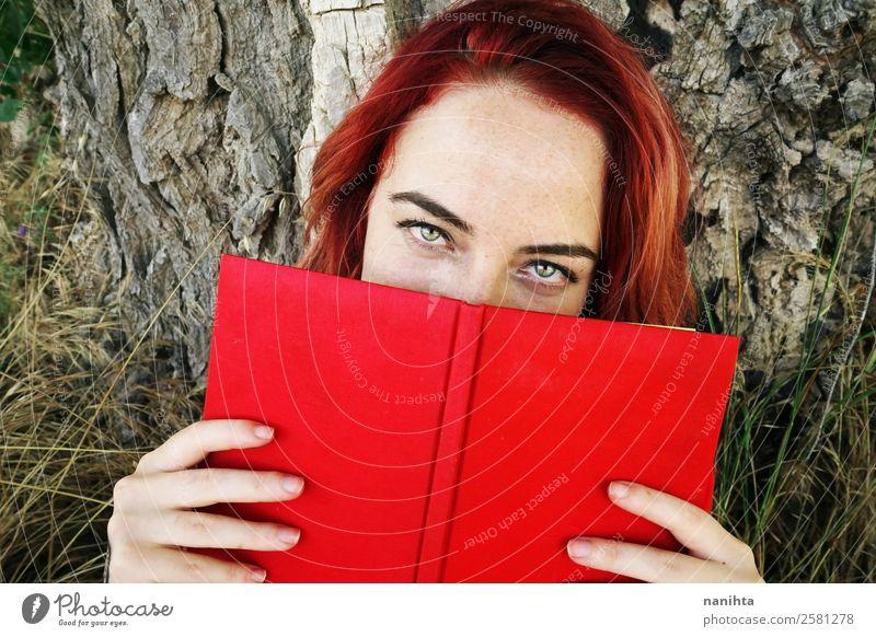 Junge rothaarige Frau, die von einem Buch bedeckt ist. Lifestyle Stil Design schön Sommersprossen Wellness harmonisch Sinnesorgane Freizeit & Hobby Bildung