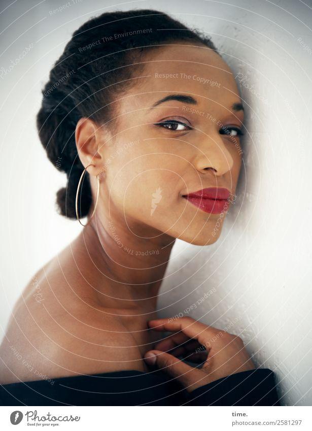 Lilian elegant Stil schön Lippenstift feminin Frau Erwachsene 1 Mensch Jacke Ohrringe Haare & Frisuren brünett Zopf beobachten Denken festhalten Blick warten