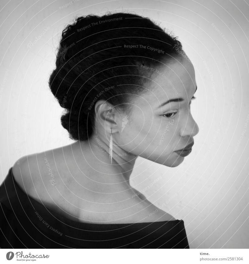 Lilian feminin Frau Erwachsene 1 Mensch Kleid Ohrringe schwarzhaarig langhaarig Zopf Afro-Look beobachten Denken Blick warten dunkel schön Mitgefühl Ausdauer
