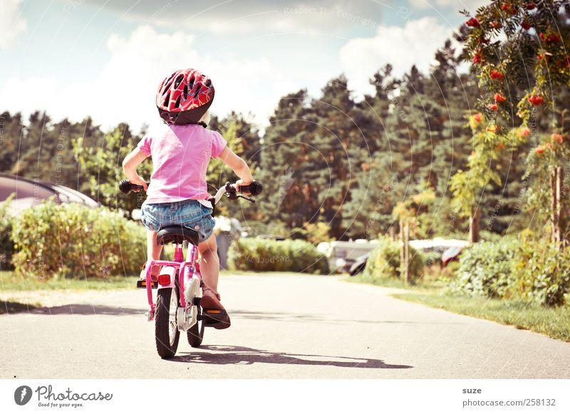 Rücktritt Sommer Fahrradfahren lernen Mensch Kind Kleinkind Mädchen Kindheit 1 3-8 Jahre Umwelt Schönes Wetter Verkehrswege Wege & Pfade Helm blond klein