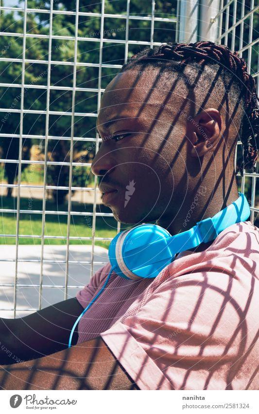 Junger Mann, der allein Musik hört. Lifestyle Stil Design Sinnesorgane Erholung ruhig Freizeit & Hobby Sonne Headset Kopfhörer Technik & Technologie