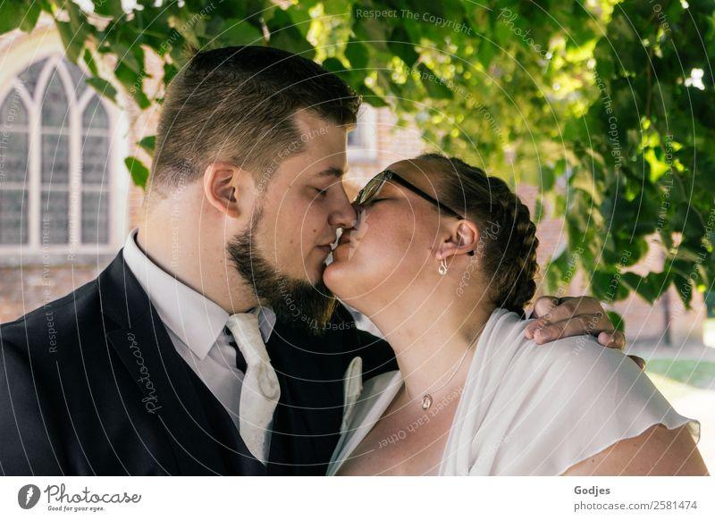 Hochzeitspaar küsst sich vor der Kirche maskulin feminin Junge Frau Jugendliche Junger Mann 2 Mensch 18-30 Jahre Erwachsene 30-45 Jahre Pflanze Sommer Baum