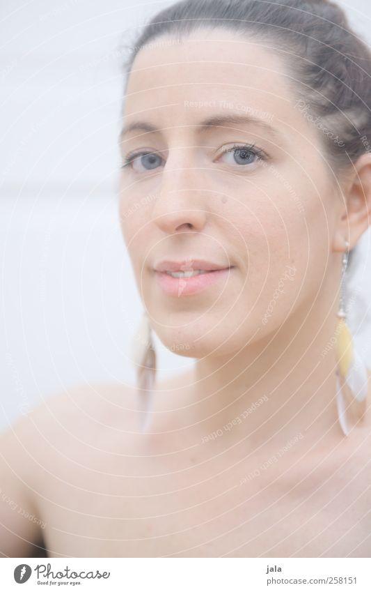 portrait Frau Mensch schön Erwachsene feminin ästhetisch Lächeln Schmuck brünett langhaarig sanft Ohrringe 30-45 Jahre
