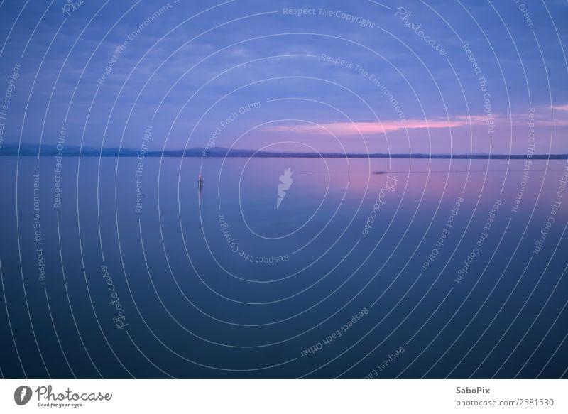 Abendstille Wasser Himmel Wolken Nachthimmel Horizont Sonnenaufgang Sonnenuntergang Seeufer Blick träumen blau rosa Gefühle Stimmung ruhig Einsamkeit Klarheit