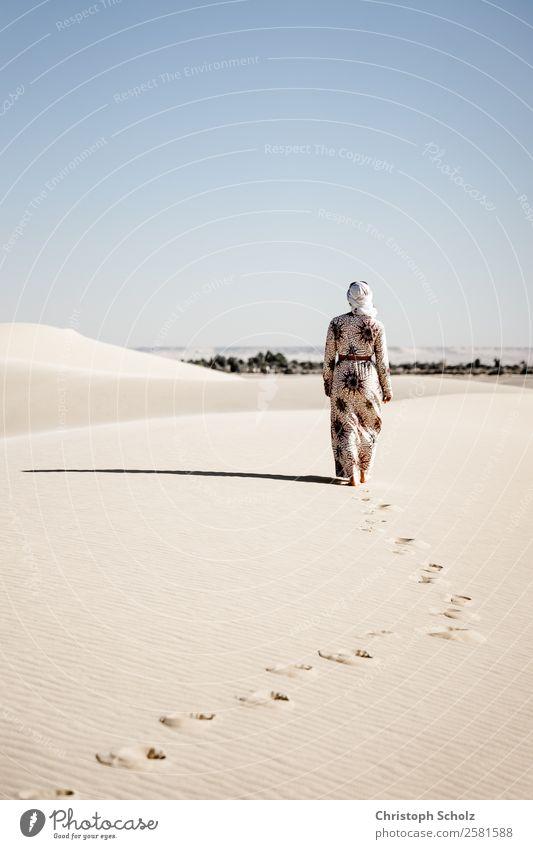 Wandern auf Dünen Ferien & Urlaub & Reisen Tourismus Ausflug Abenteuer Freiheit Safari Expedition Sommer Sonnenbad Mensch feminin 1 18-30 Jahre Jugendliche