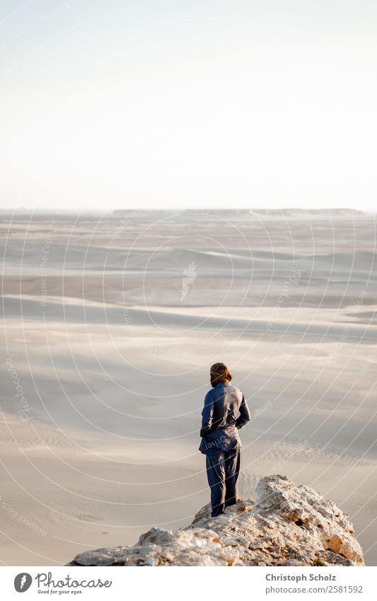 die Wüste beobachten Mensch Mann Erwachsene 1 Natur Landschaft Erde Sand Wolkenloser Himmel Sonne Sonnenaufgang Sonnenuntergang Sonnenlicht Sommer Klimawandel