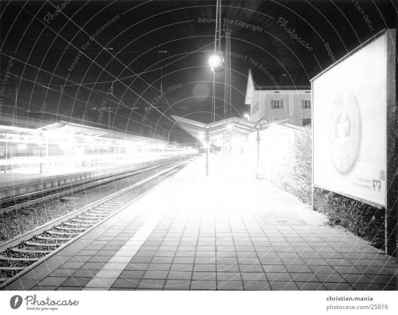 Bahnhof Nacht Eisenbahn Licht Langzeitbelichtung Verkehr Schatten Beleuchtung