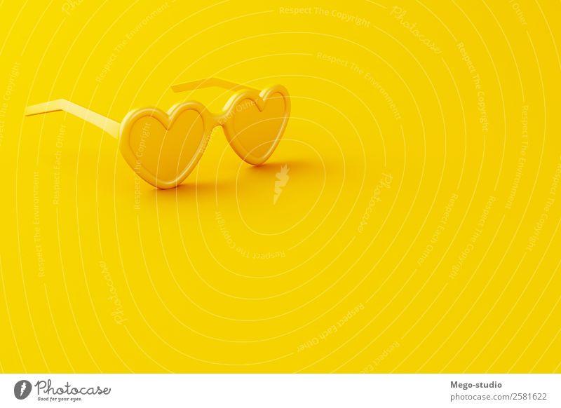 3d Gelbe Nahaufnahme-Sonnenbrille auf gelbem Hintergrund. Stil Design Erholung Ferien & Urlaub & Reisen Tourismus Ausflug Sommer Strand Business Verkehr Mode