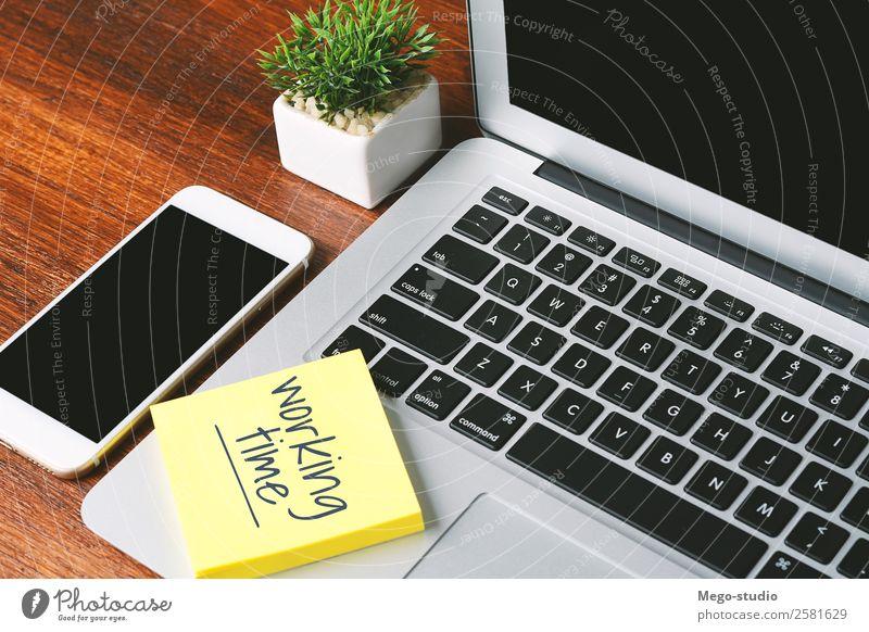 """Bürotisch mit Papierbogen mit dem Text """"Arbeitszeit"""". Uhr Schreibtisch Tisch Arbeit & Erwerbstätigkeit Beruf Arbeitsplatz Business Telefon PDA Computer Notebook"""
