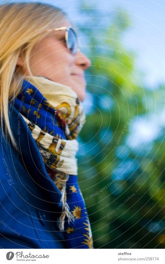 Die Sonne kommt bald wieder Mensch Jugendliche blau grün Baum Sommer Erwachsene Herbst feminin blond 18-30 Jahre Junge Frau Schönes Wetter Freundlichkeit Jacke Sonnenbrille