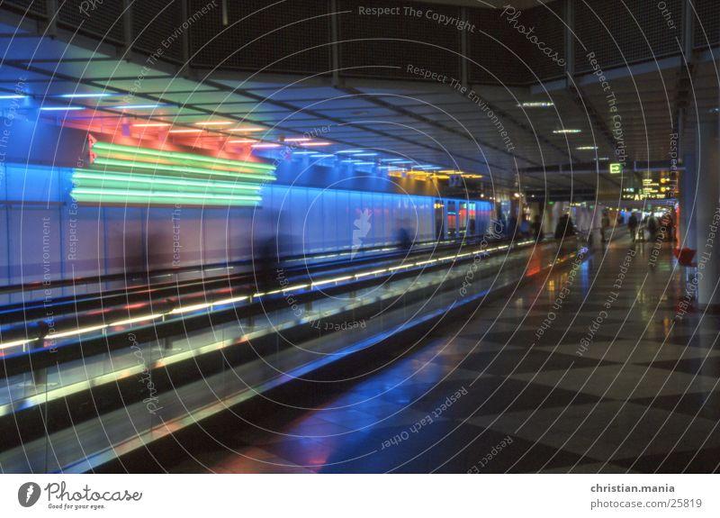 Neonlicht Architektur modern Flughafen Laufband Leuchtstoffröhre