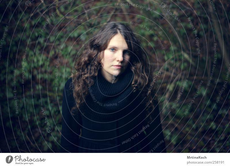 hiding with the wolves. Mensch feminin Frau Erwachsene 1 18-30 Jahre Jugendliche Gefühle Verschwiegenheit Traurigkeit Liebeskummer Außenaufnahme Licht