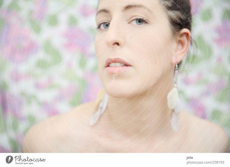 love me tender Mensch feminin Frau Erwachsene Kopf 1 30-45 Jahre Ohrringe ästhetisch schön Farbfoto Innenaufnahme Kunstlicht Blitzlichtaufnahme Porträt Blick
