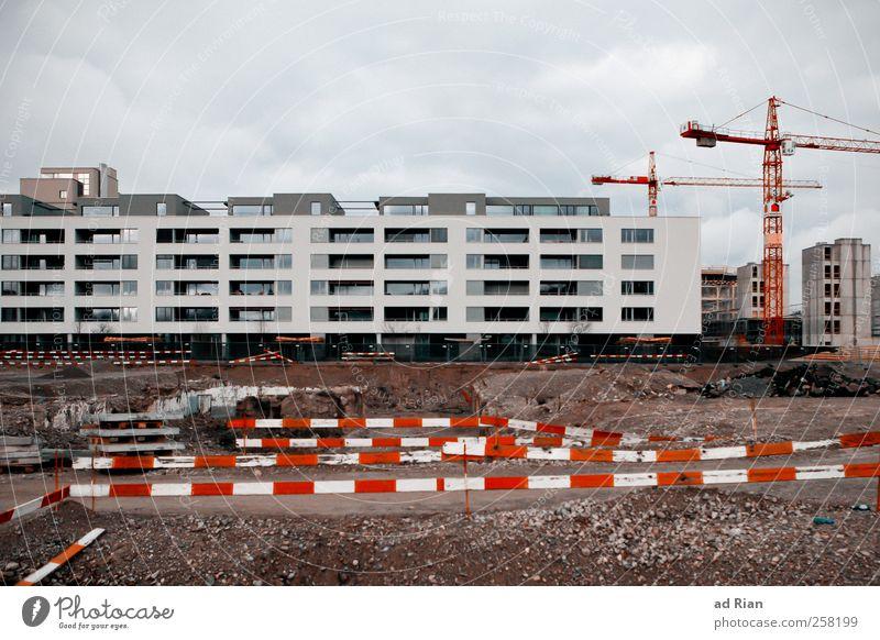 we build this city Handwerk Baustelle Wolken Regen Stadtrand Skyline Menschenleer Haus Bauwerk Gebäude Architektur Wohnsiedlung Kran Begrenzung Fassade dreckig