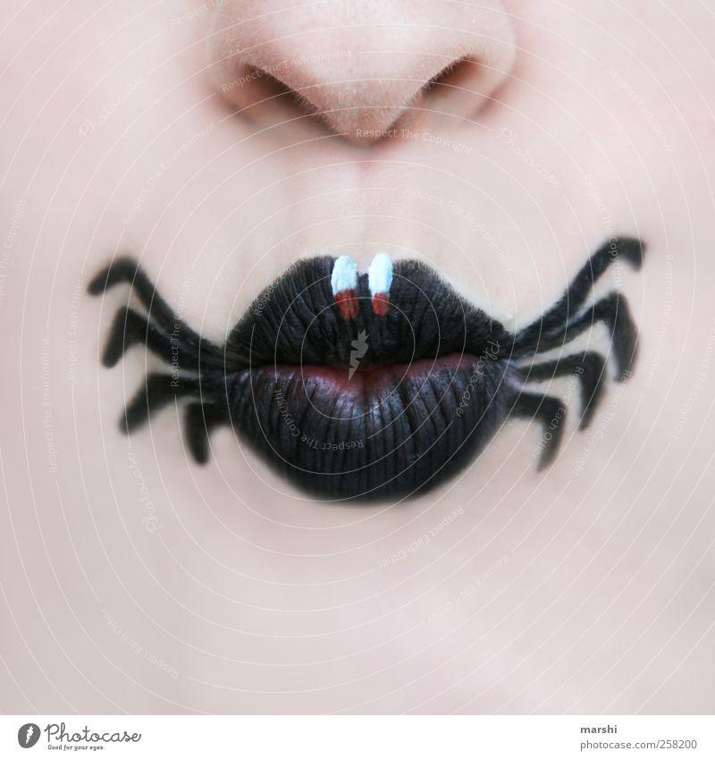 schwarze Witwe Mensch Haut Gesicht Mund Lippen Tier Spinne Ekel Angst Spinnenbeine Schminke angemalt malen Symbole & Metaphern Insekt Farbfoto Innenaufnahme
