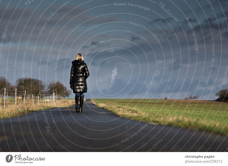 Und kein Ende in Sicht Mensch Jugendliche Einsamkeit ruhig Erwachsene Ferne Erholung Freiheit Bewegung Wege & Pfade Feld gehen Zukunft 18-30 Jahre Spaziergang