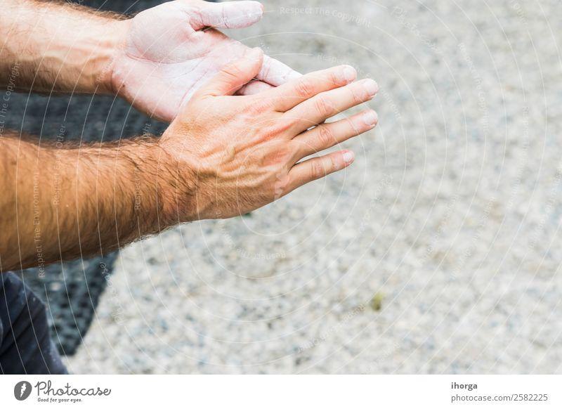 Ein Mann übt das Klettern an einer künstlichen Wand in Innenräumen. Lifestyle Freude Freizeit & Hobby Sport Bergsteigen Erwachsene Hand Finger 1 Mensch Felsen