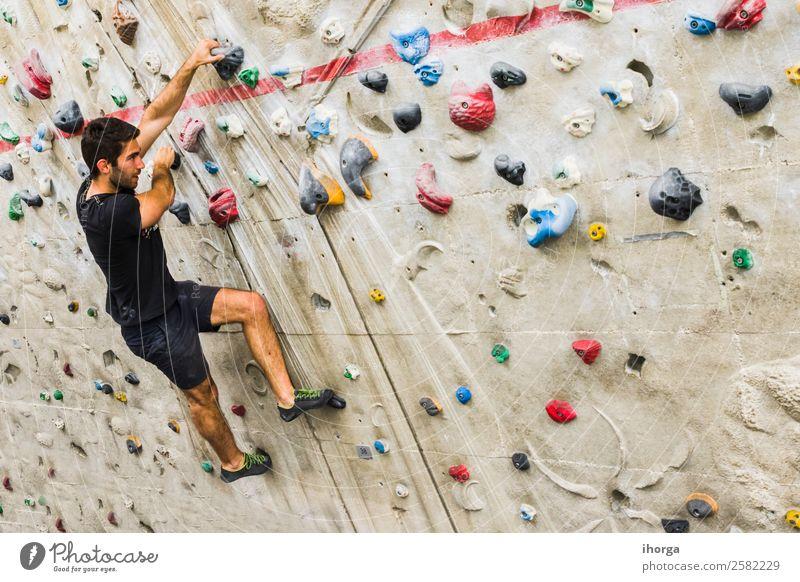 Ein Mann übt das Klettern an einer künstlichen Wand in Innenräumen. Lifestyle Freude Freizeit & Hobby Sport Bergsteigen Erwachsene 1 Mensch 18-30 Jahre