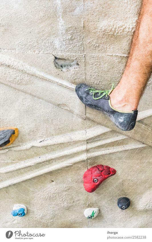Ein Mann, der das Klettern an einer künstlichen Wand in Innenräumen übt. Lifestyle Freude Freizeit & Hobby Sport Bergsteigen Erwachsene Beine Fuß 18-30 Jahre