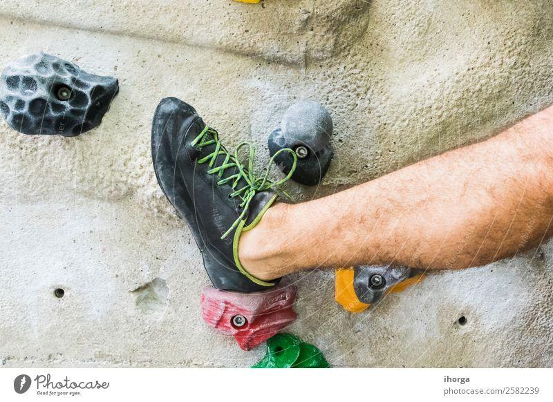 Ein Mann, der das Klettern an einer künstlichen Wand in Innenräumen übt. Lifestyle Freude Freizeit & Hobby Sport Bergsteigen maskulin Erwachsene Beine Fuß