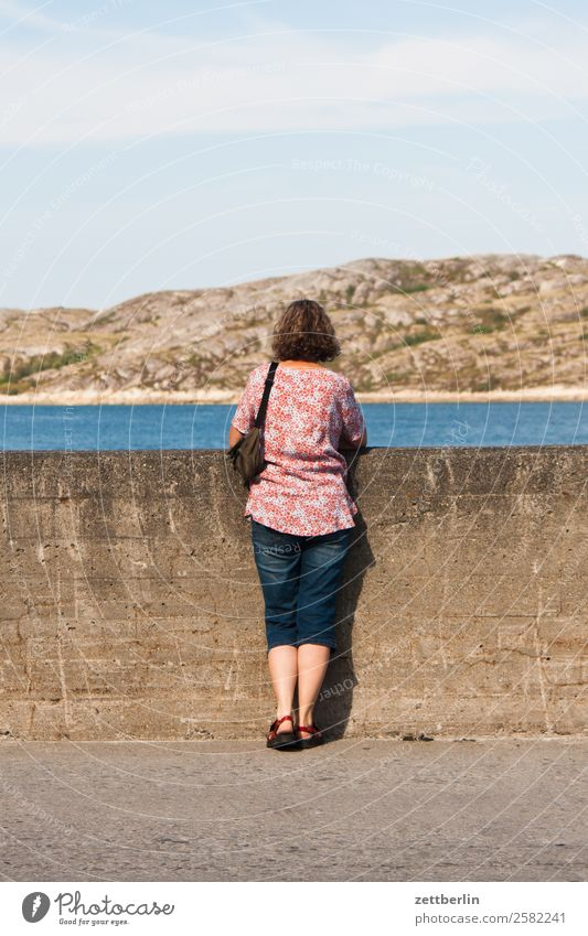 Hafen Bodø Frau Himmel Ferien & Urlaub & Reisen Himmel (Jenseits) Wasser Landschaft Meer Reisefotografie Mauer Textfreiraum Felsen Horizont Europa Rücken Insel
