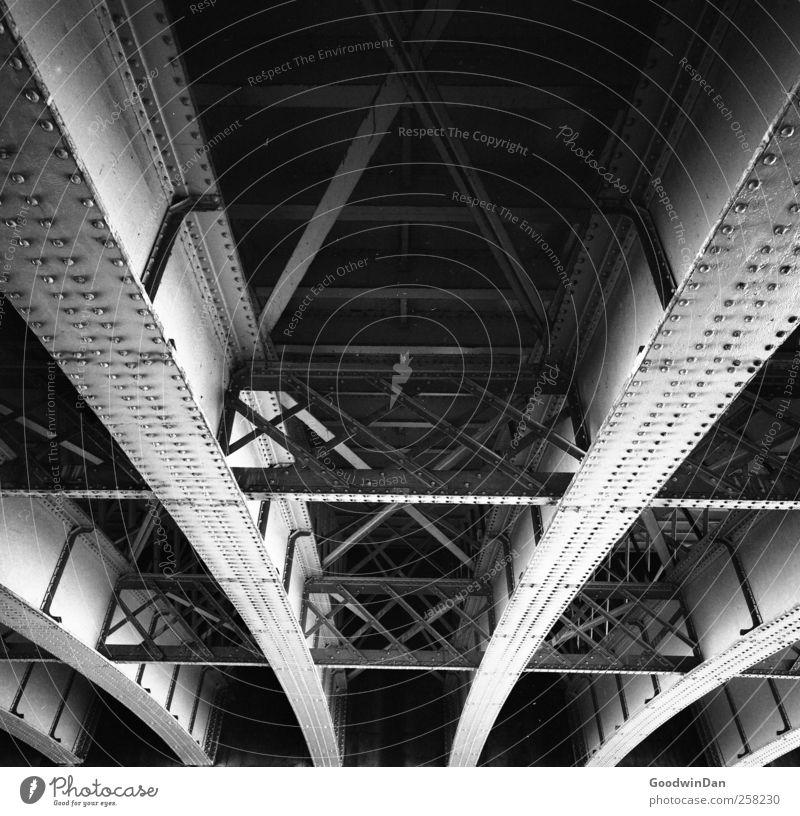 Under the bridge Brücke Metall Strebe alt dreckig dunkel frei hoch kalt trocken Stadt Schwarzweißfoto Außenaufnahme Menschenleer Tag Licht Schatten Kontrast