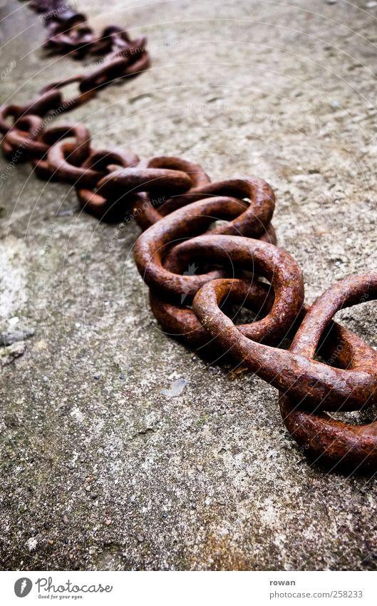 kette alt Metall Beton Sicherheit stark Stahl Verbindung Rost Kette Eisen gefangen Eisenkette anketten Stabilität Ankerkette