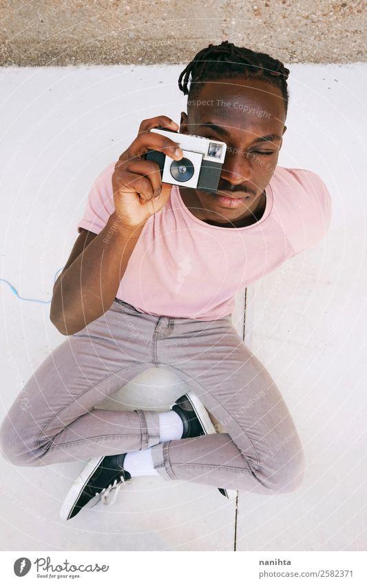 Mensch Jugendliche Mann Stadt Junger Mann schwarz 18-30 Jahre Lifestyle Erwachsene Stil Kunst Arbeit & Erwerbstätigkeit Design Freizeit & Hobby maskulin retro