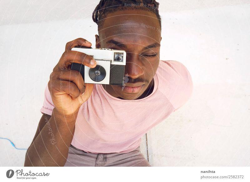 Junger Mann beim Fotografieren mit einer alten Kamera Lifestyle Stil Design Freizeit & Hobby Fotokamera Mensch maskulin Jugendliche Erwachsene 1 13-18 Jahre
