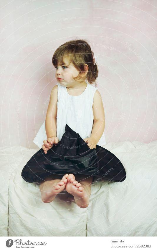 Studio-Porträt eines kleinen Mädchens Stil Karneval Halloween Mensch feminin Kind Kleinkind Kindheit 1 1-3 Jahre Kleid Hut brünett blond langhaarig sitzen