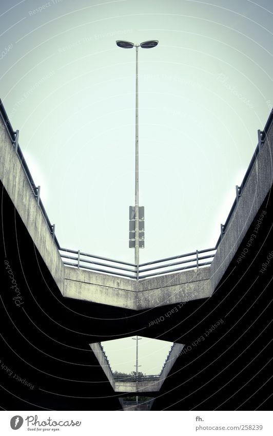 Steinbrück im Focus blau Sommer schwarz Straße dunkel Architektur Linie elegant Beton modern Brücke trist bedrohlich Kommunizieren Schönes Wetter