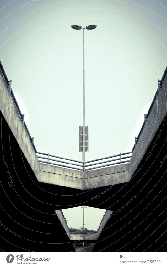 Steinbrück im Focus Wolkenloser Himmel Sommer Schönes Wetter Brücke Straße Straßenbeleuchtung Laterne Beton Linie Kommunizieren bedrohlich dunkel eckig elegant