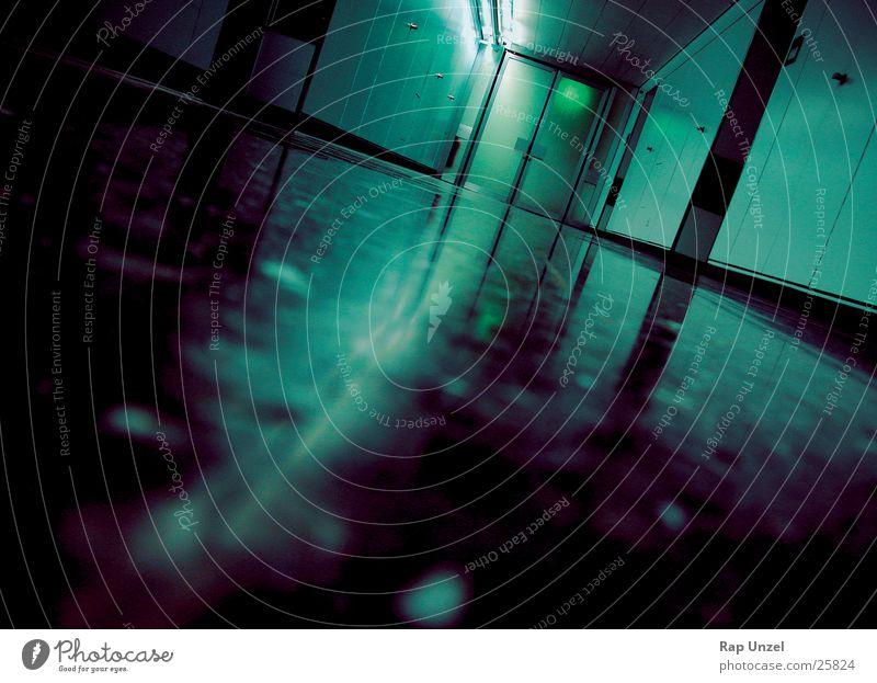 Korridor in der Pathologie obskur Flur Glätte Neonlicht unheimlich Gang Monochrom Fluchtpunkt Fluchtweg Fluchtlinie Gangbeleuchtung