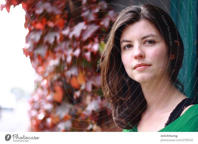 was ich will Mensch feminin Junge Frau Jugendliche 1 18-30 Jahre Erwachsene Efeu Mauer Wand Tür brünett langhaarig beobachten Denken Lächeln frech