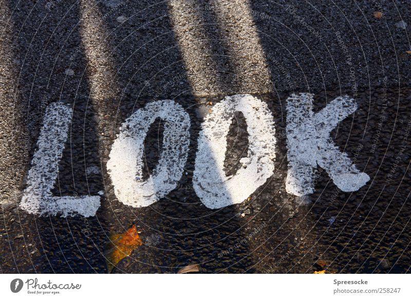 LOOK weiß Ferien & Urlaub & Reisen Straße Umwelt Graffiti grau Wege & Pfade Stein gehen laufen Schilder & Markierungen Tourismus Schriftzeichen stehen