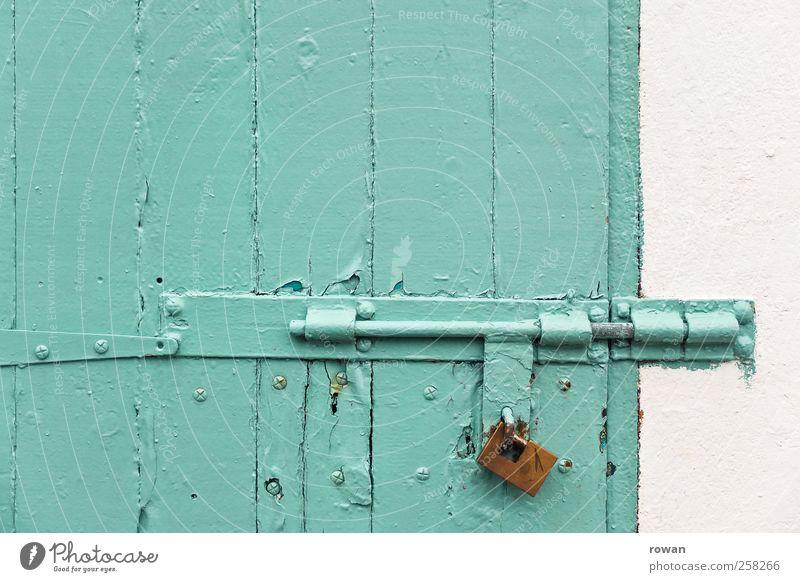 abgeschlossen Mauer Wand Tür grün Sicherheit Schloss Vorhängeschloss Riegel Beschläge türkis Holz Holztür gefangen Einbruch Einbruchsicher Stahl Farbfoto