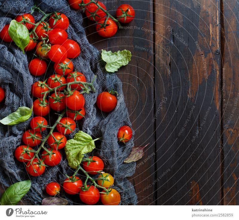 Kirschtomaten und Basilikum Gemüse Vegetarische Ernährung Diät Tisch Blatt frisch hell natürlich braun grün rot Essen zubereiten Lebensmittel Gesundheit Zutaten
