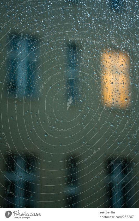 Fenster Bauwerk Gebäude Architektur Mauer Wand Fassade Traurigkeit kalt trist Fensterscheibe regen regentropfen wallroth Farbfoto Gedeckte Farben Außenaufnahme
