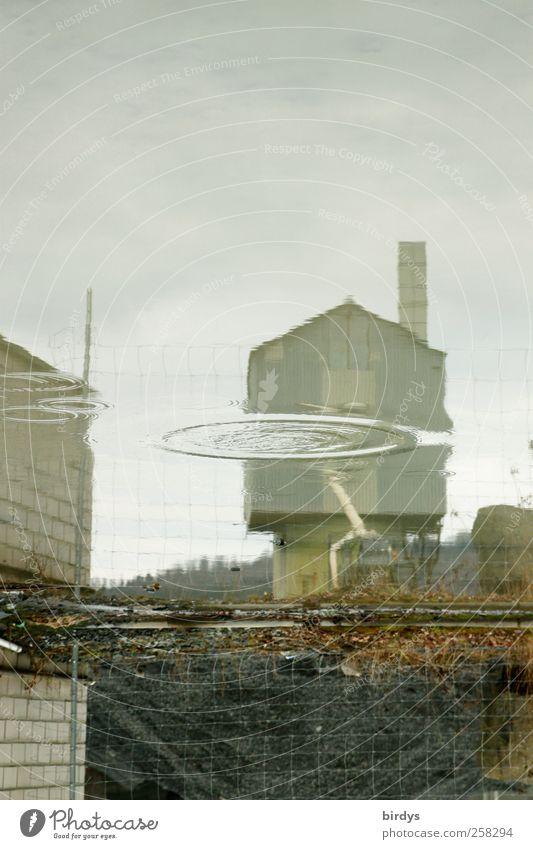Die andere Sicht der Dinge Wasser Winter Wolken Herbst Mauer außergewöhnlich Perspektive Kreis trist Fabrik Schornstein Industrieanlage Wasserspiegelung Maschendrahtzaun Giebelseite