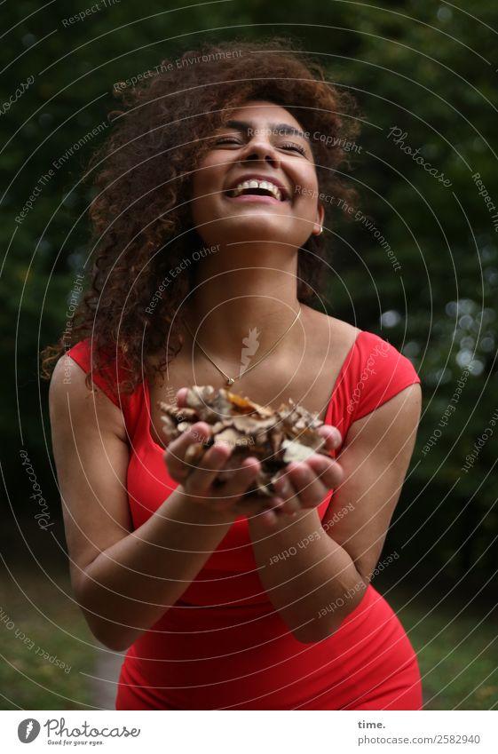 Nikolija feminin Frau Erwachsene 1 Mensch Blatt Park Kleid Schmuck brünett langhaarig Locken festhalten lachen Freundlichkeit Fröhlichkeit schön Freude