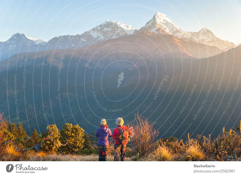 Wanderer genießen den Sonnenuntergang in den Bergen des Himalaya. Ferien & Urlaub & Reisen Tourismus Abenteuer Freiheit Expedition Schnee Berge u. Gebirge