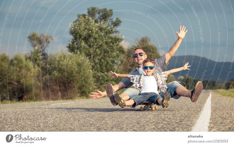 Vater und Sohn spielen auf der Straße Lifestyle Freude Glück Freizeit & Hobby Spielen Ferien & Urlaub & Reisen Ausflug Abenteuer Freiheit Camping Sommer