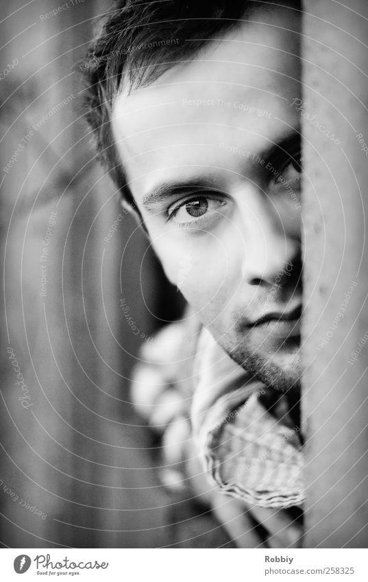 Ceci est mon copain Mensch Jugendliche weiß schwarz Erwachsene Fenster Wand grau Kopf Mauer Tür maskulin 18-30 Jahre Neugier Freundlichkeit Junger Mann
