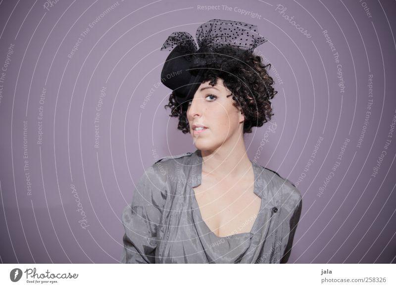 glam girl Lifestyle elegant Stil ausgehen Feste & Feiern Flirten Mensch feminin Frau Erwachsene 1 30-45 Jahre Mode Accessoire Hut brünett Locken ästhetisch