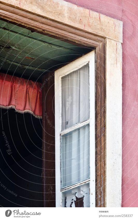 fenster Haus Einfamilienhaus Bauwerk Gebäude Mauer Wand Fassade Fenster alt Holzfenster altmodisch rosa grün lüften offen Vorhang Gardine schäbig