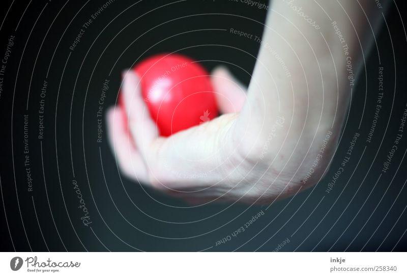 Schwung holen Nagellack Freizeit & Hobby Spielen Ballsport Hand Frauenhand Kugel Kunststoff festhalten werfen einfach rund rot Freude Gelassenheit geduldig