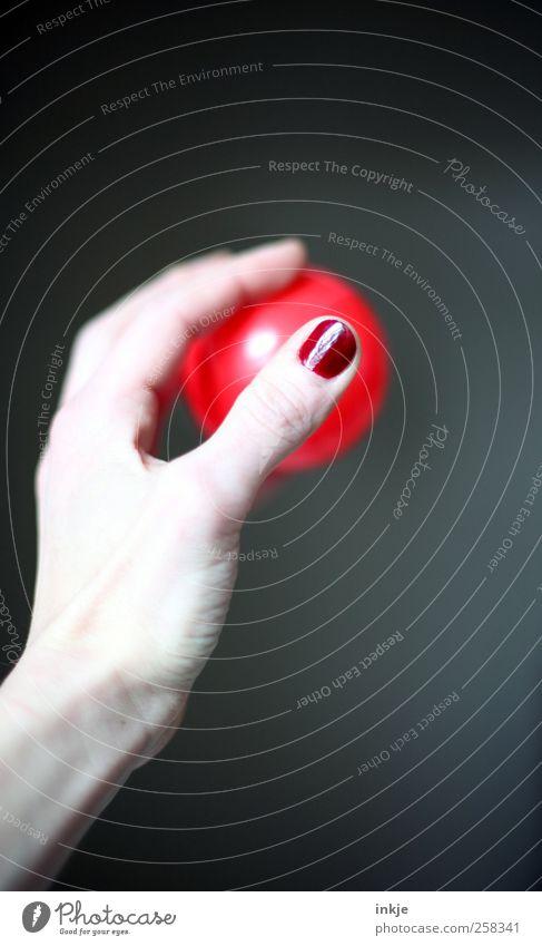 zielen Freude Nagellack Freizeit & Hobby Spielen Ballsport Hand Frauenhand Kugel Kunststoff fangen festhalten werfen einfach elegant rund feminin rot Gefühle