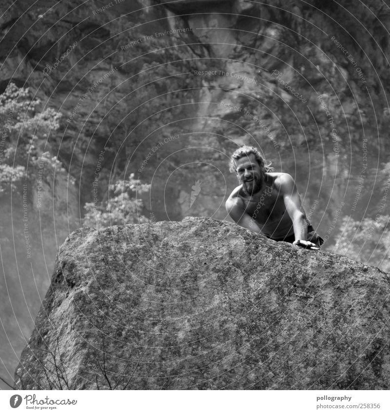 Auf Entdeckungstour Mensch Mann Natur Jugendliche Pflanze Sommer Freude Erwachsene Leben Landschaft Berge u. Gebirge Stein Zufriedenheit Felsen Beginn maskulin