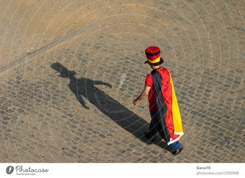 Flaggenmann und sein Schatten Sport gehen stehen authentisch mehrfarbig Stolz Freizeit & Hobby Freude Fussball
